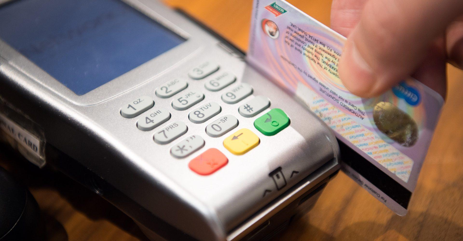 máquina de passar cartão;