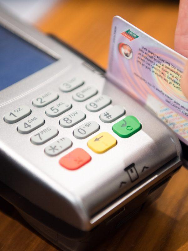 Como adquirir uma máquina de passar cartão.